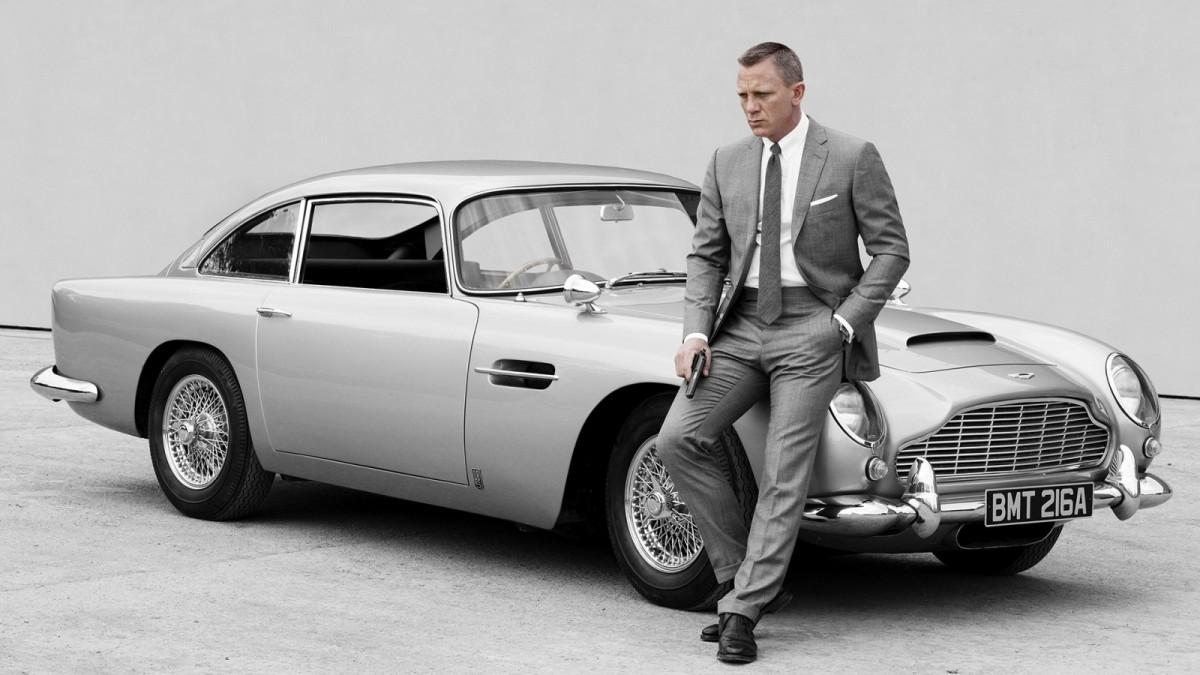 Daniel Craig lângă un Aston Martin DB5