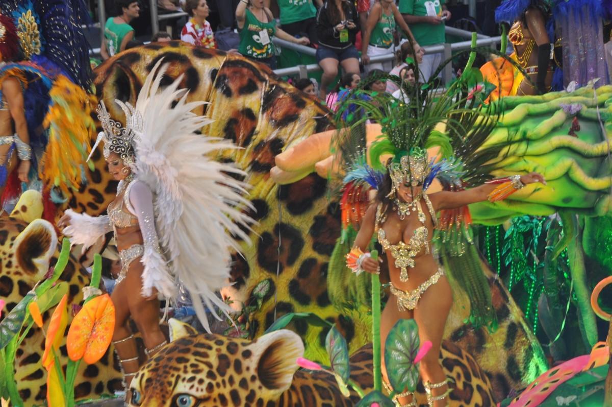 Dansatoare la Carnavalul de la Rio de Janeiro