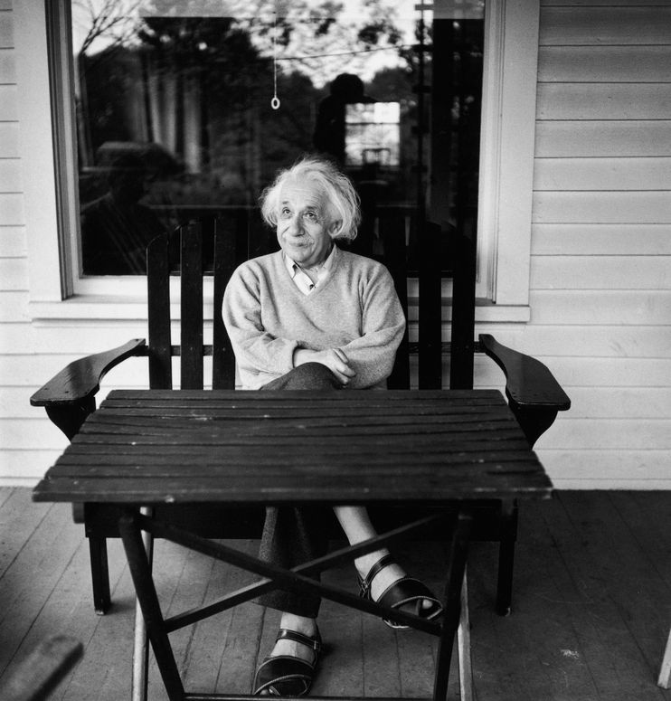 Albert Einstein pe verandă