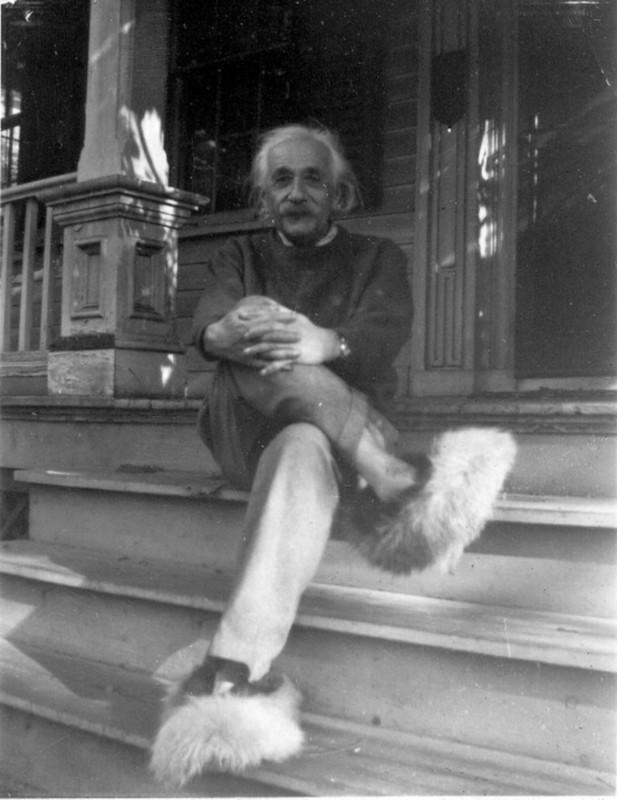 Albert Einstein cu pantofi pufoşi