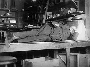 Thomas Edison trăgând un pui de somn în laborator