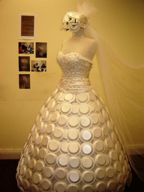 Rochie de mireasă din farfurii de unică folosinţă