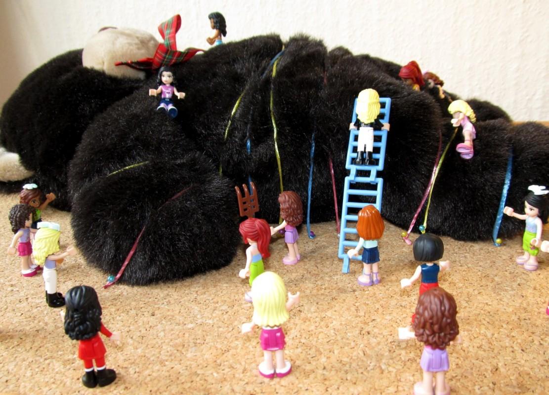 Fetiţele Lego l-au prins pe ursuleţ