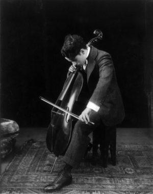 Charlie Chaplin cântând la violoncel în 1915