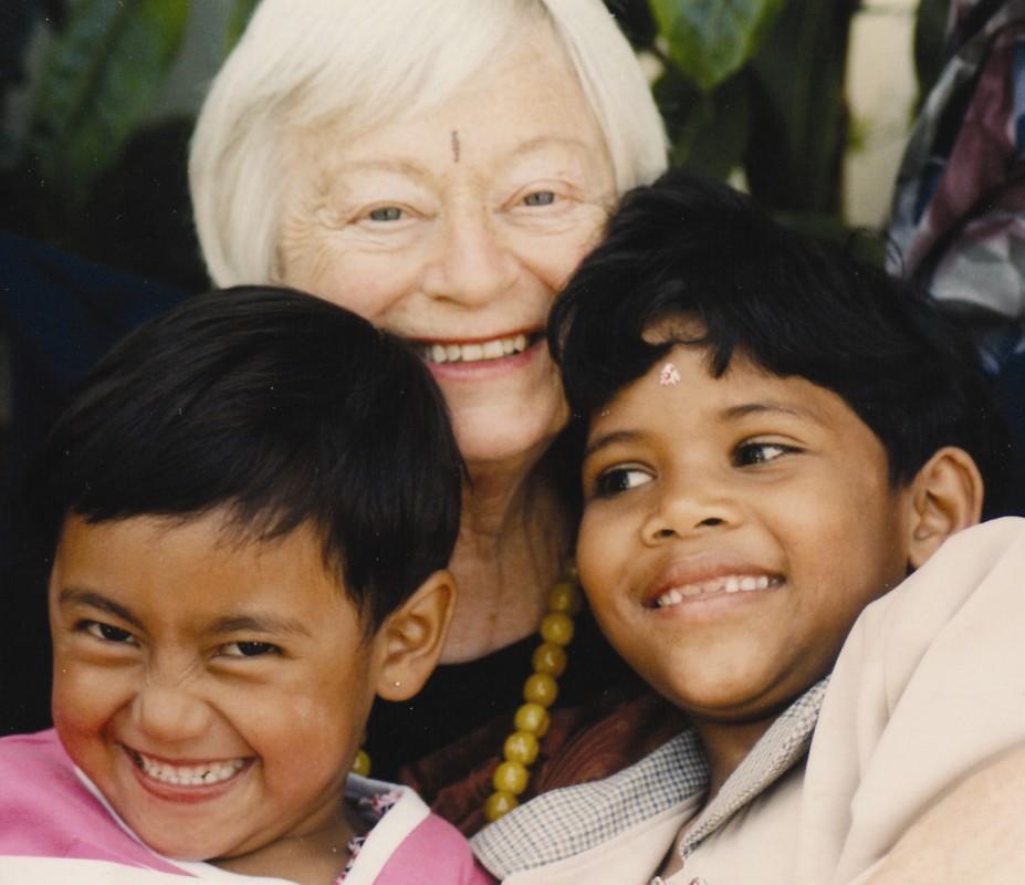 Olga Murray cu doi copii de la NYOF