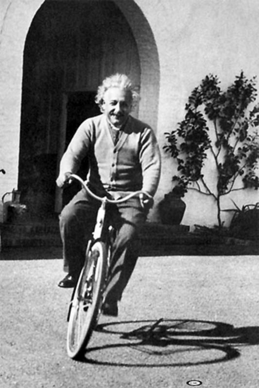 Albert Einstein pe bicicletă
