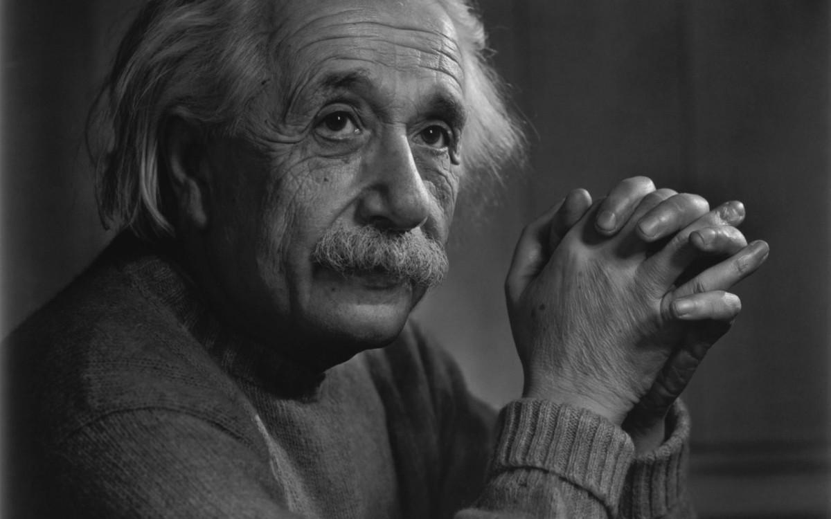 Albert Einstein cu degetele încrucişate