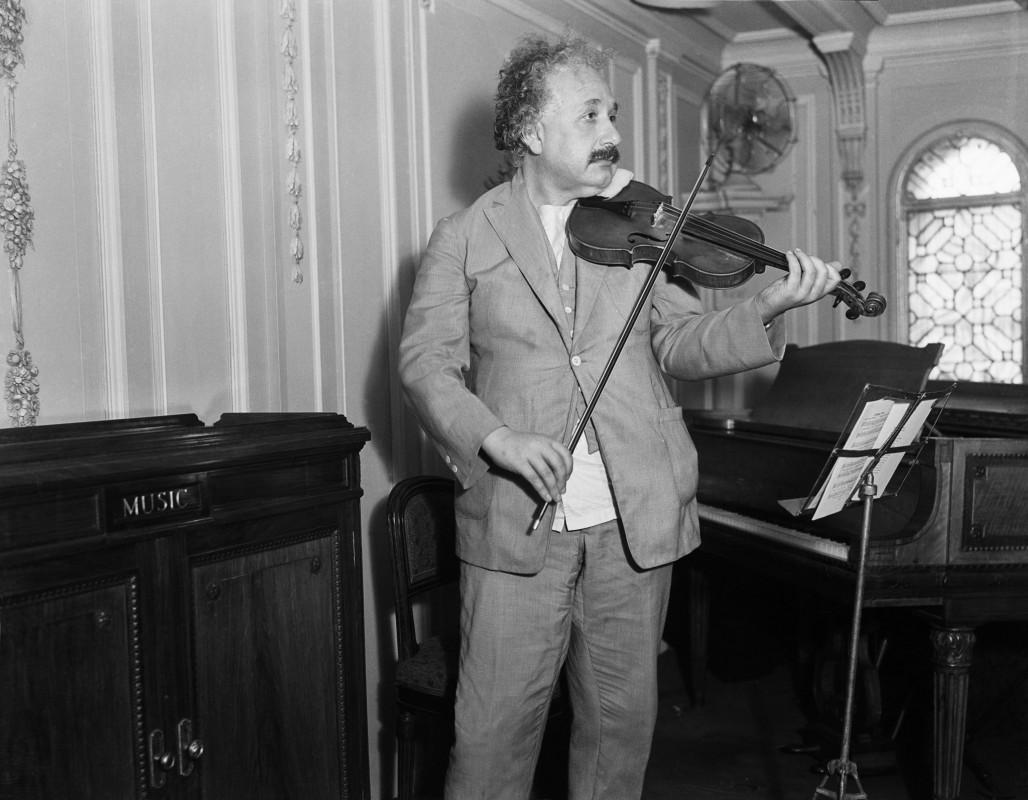 Albert Einstein cântând la vioară
