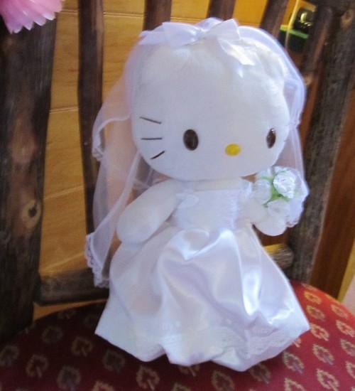 Hello Kitty cu rochie de mireasă