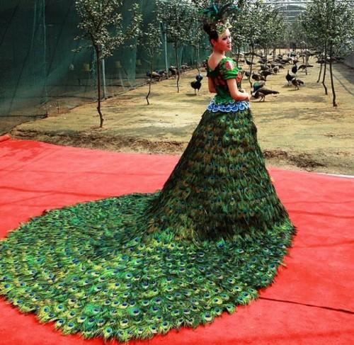 Rochia de mireasă din pene de păun