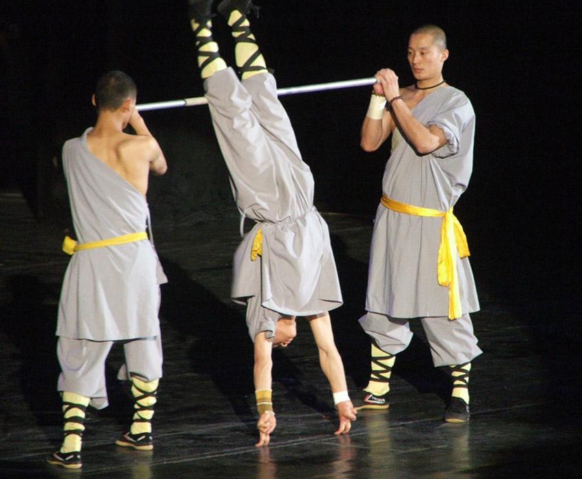 Călugăr Shaolin stând în degete