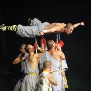 Călugăr Shaolin pe suliţe