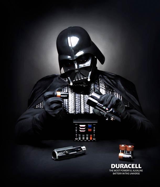 Darth Vader schimbând bateriile la sabie