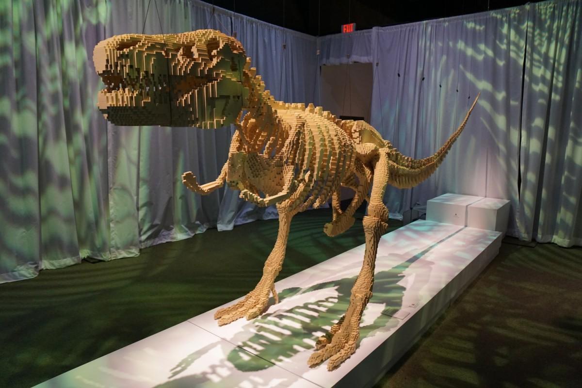 Tyrannosaurus rex din faţă